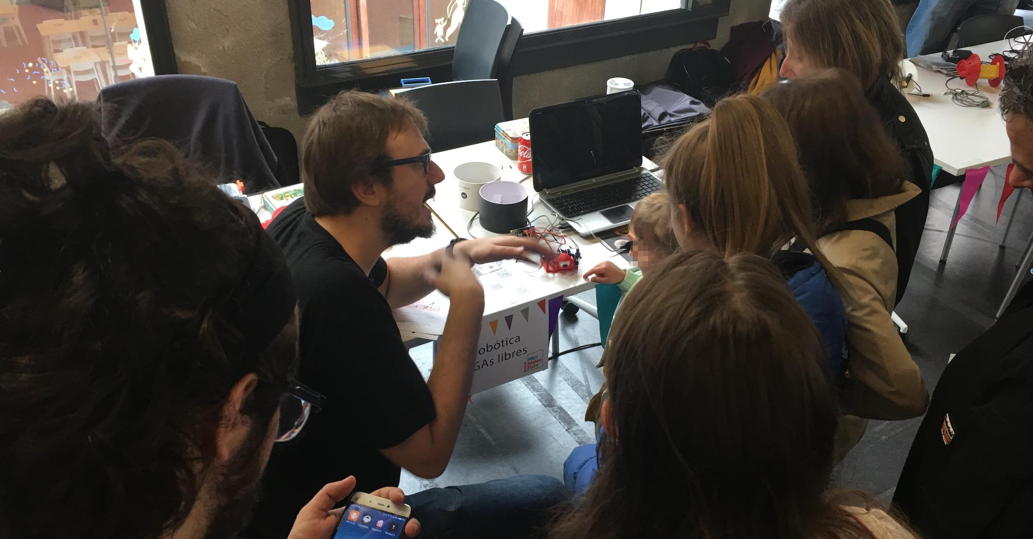 Julian Caro Linares explica su proyecto FPGA Biorobotics a los asistentes en Madrid Mini Maker Faire 2017